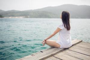 mulher-meditando-em-frente-ao-rio